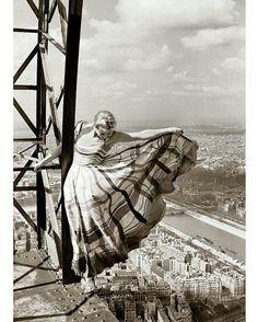 Alto da Torre Eiffel com vista para a cidade de Paris, 1939. . Lisa Fonssagrives, modelo sueca, desafia a morte ao posar sem proteção para o fotógrafo Erwin Blumenfeld. Ensaio para a Vogue francesa, maio de 1939. . Fotografia em parceria com @fotomund . #historiocracia #historia #love #history #photo #fotografia #photooftheday #historylovers #foto #places #paris #france #eiffel #eiffeltower #vogue #30s #7