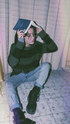 pale young woman holding an open book over her head dressed in pale blue acid wash jeans and a jumper with large black and dark green stripes grunge black leather lace up combat boots 90s Grunge, Soft Grunge, Grunge Outfits, Grunge Style, Grunge Fashion, Grunge Teen, Black Grunge, 90s Fashion, Aesthetic Photo
