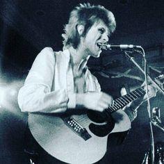 vezzipuss.tumblr.com — David Bowie, Circa 72 〰️⚡️〰️ Jay Kay, Ziggy Played Guitar, Mick Ronson, David Bowie Ziggy, Martina Mcbride, Annie Lennox, The Thin White Duke, Ziggy Stardust, Sound & Vision