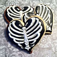 Rib cage heart cookies are perfect for Halloween Dessert Halloween, Halloween Baking, Halloween Goodies, Halloween Food For Party, Halloween Trick Or Treat, Diy Halloween Decorations, Halloween Treats, Happy Halloween, Halloween Cookies Decorated