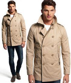Le produit du jour est un imperméable masculin de couleur beige proposé par la marque Superdry. Ce manteau homme est un imperméable aux faux airs de Trench, il ne lui manque que la ceinture et l'illusion serait parfaite. On aime beaucoup le double boutonnage sur le devant ainsi que 2 poches hautes. Le style de cet imperméable gabardine est totalement intemporel seules les coupes évoluent avec le temps et ce modèle Rogue est près du corps pour suivre les tendances, on est bien loin du style…