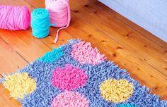frankie exclusive diy: t-shirt yarn rug frankie exclusive diy: t-shirt yarn rug Recycled T Shirts, Old T Shirts, Tee Shirt Fila, Tshirt Garn, Pom Pom Rug, Diy Carpet, T Shirt Diy, Rug Hooking, Carpet Runner