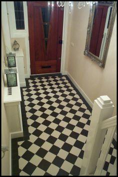 Jaren dertig hal vloer vind ik mooi, wat deden ze in de vijftiger jaren? Flooring, Tiny House Design, House Styles, House Interior, House Flooring, House Tiles, Home Deco, Hall Tiles, 1930s House Renovation