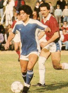 Diego en otro partido a beneficio en 1988... el que lo corre de atras es Mauricio Macri que años despues seria Presidente de Boca Juniors y Jefe de Gobierno de la Ciudad de Buenos Aires.