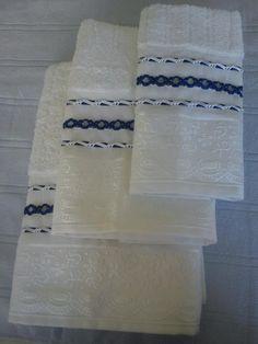 Jogo de toalhas brancas com trançado em fitas de cetim branca e azul escuro; toalhas Casa In Irina (Karsten); 96% algodão e 4% viscose. Conjunto com 01 toalha de banho, 01 de rosto e 01 de lavabo. Cores a combinar.