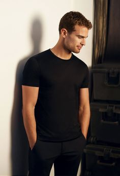 EOnline has released 4 exclusive new stills of Theo James posing for his Hugo Boss The Scent campaign. If you have not already done so, check out the commercial and the behind the scenes look. Divergent Theo James, Tobias, Divergent Series, Divergent Factions, Theodore James, James 3, Boss The Scent, Hot Actors, Photography