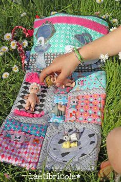 Cette pochette date de 2010 elle est dans le livre Diy Gifts For Kids, Diy For Kids, Doll Crafts, Diy Doll, Sewing For Kids, Baby Sewing, Mobile Craft, Sewing Dolls, Book Girl