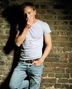 Daniel Craig's simple t-shirt and jeans look