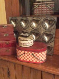 19 Ideas for farmhouse vintage kitchen baskets Vintage Tins, Vintage Love, Vintage Decor, Ideas Vintage, Vintage Metal, Vintage Sweets, Vintage Heart, Vintage Cards, Vintage Farmhouse