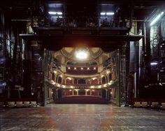 El fotógrafo Klaus Frahm ha documentado las panoramas reveladores vistos desde los escenarios de teatro.