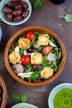 Griechischer Salat mit Blattspinat, Rucola, Zucchini, Kirschtomaten, Radieschen & Oliven und gebratenem Feta. | malteskitchen.de