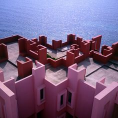 A Postmodern Summer Dream - Apartment Complex La Muralla Roja in Calpe, Spain designed by Spanish architect Ricardo Bofill in 1968 Art Et Architecture, Amazing Architecture, Organic Architecture, Design Set, Stage Design, Ricardo Bofill, Apartment Complexes, Red Walls, Dream Apartment