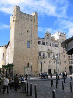 Narbonne (Aude) - Palais des Archevêques - Deux des trois Tours carrées encadrant la partie Hôtel de Ville