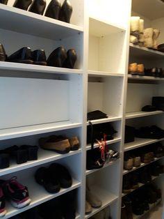 Vaatehuoneen kenkähylly...