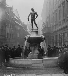Old Pictures, Old Photos, Genius Loci, Old Street, Big Muscles, World War Two, Retro, Statue Of Liberty, Fountain