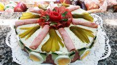 Ein Rezept für alle, die es herzhaft mögen! Die Brot-Torte hat auf jeder Party einen glanzvollen Auftritt.