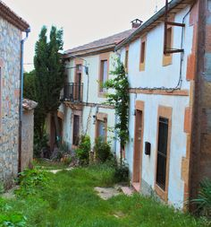 Aldehuelas de Sepúlveda (Segovia), pequeña localidad de unos 20 habitantes, a 11 km. de Sepúlveda. Está situada dentro del Parque Natural de las Hoces del Duratón. En la actualidad tiene dos canteras de la famosa piedra caliza rosada de la zona de Sepúlveda. Piedra muy buena para la talla escultórica. Estas canteras están regentadas por mujeres.