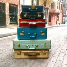 Hatıralarla dolu tatlı bavullar, eskileri içine atıp gittiğin yere götürmek için.. #vintage #retro #suitcase #bavul #istanbul #old #antique