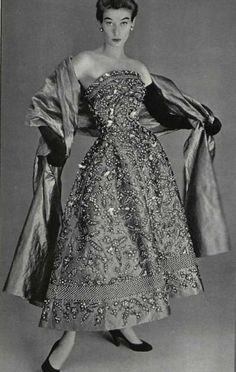 Simply  lovely darling... 35a200dc6721d1d672933e5553acd092--vintage-christian-dior-christian-dior-dress.jpg (645×1017)