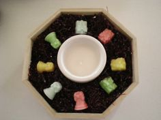 Jabonera octogonal de 22cm de diámetro, vela blanca, 8 jaboncitos de glicerina con forma de campana y caja de regalo, varios colores y esencia de limón.