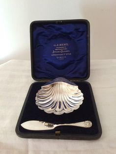 Nu in de #Catawiki veilingen: Silver shell butter dish and knife, James Deakin…