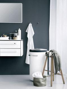Un baño en gris y blanco  Una base neutra te permite: apostar por un estampado atrevido en una pared o en los textiles sin miedo a saturar la decoración.