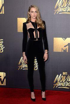 En los MTV Movie Awards 2016 optó por un sexy pero elegante mono de terciopelo…