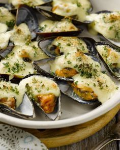 Gegratineerde mosselen - 15gram ! Snacks Für Party, Lunch Snacks, I Love Food, Good Food, Yummy Food, Fish Recipes, Seafood Recipes, Happy Foods, Appetisers