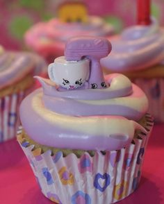 If your kiddos are Shopkins FANS, you will love this How To Make Shopkins Cupcak. If your kiddos are Shopkins FANS, you will love this How To Make Shopkins Cupcakes DIY! These woul Shopkins Bday, Shopkins Cake, Shopkins Pool Party, Cupcake Videos, Cupcake Recipes, Dessert Recipes, Fun Cupcakes, Cupcake Cakes, Gourmet Cupcakes