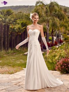 Aradia, collection de robes de mariée - Point Mariage http://www.pointmariage.com