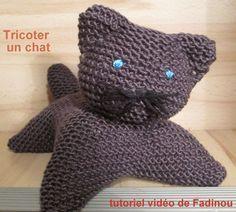 Découvrez le tutoriel vidéo de Fadinou pour tricoter un chat en laine.. Voici un autre tutoriel pour faire un chat en laine qui ressemble beaucoup à celui que j'avais déjà publié ici tutoriel tricoter un chat sauf qu'au final vous obtiendrez un chat plus en largeur sur ses pattes. Le tutorie...