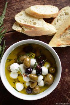 Garlic & Herb Marinated Mozzarella with Kalamata Olives Tapas, No Dairy Recipes, Cooking Recipes, Healthy Recipes, Salad Recipes, Fingers Food, Marinated Olives, Marinated Cheese, Olive Recipes