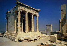 El Templo de Atenea Niké construido en marmol por Calícrates e Ictino, conmemora la victoria sobre los persas en la Batalla de Salamina (480 a. C.) y se construyo a partir del 421a.C. comenzada la Guerra del Peloponeso.
