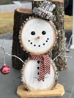 Wood slice snowman by: Bigham's Rugged Country Art Diy Snowman Decorations, Christmas Star Decorations, Christmas Wreaths To Make, All Things Christmas, Christmas Tree Ornaments, Christmas Crafts, Wood Snowman, Miniature Christmas Trees, Christmas Embroidery