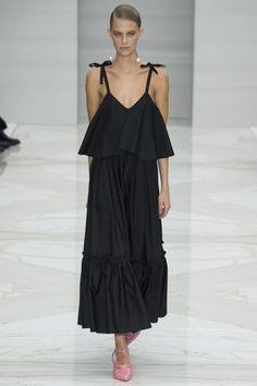 kleid mit traegern, schwarz, kombination mit rosa schuhen, lang