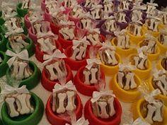 Para personalizar a festa, que foi realizada em um buffet, preparamoso convite, as lembrancinhas, e vasinhos para enfeitar as mesas dos con...
