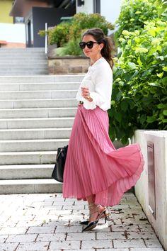 Pleated skirt and rockstud kitten heels  skirt: old (but similar here/here/here/here) // top: H&M (similar here) // leather jacket: Bodaskins (similar here/here) // rockstud kitten heels: Valentino // bag: Céline (similar here) // sunglasses: Karen...