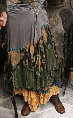 Check out regarding the newest trends in boho style, come across long term boho dress. Hippie Stil, Hippie Gypsy, Vintage Inspired Outfits, Vintage Outfits, Vetement Hippie Chic, Bohemian Style, Boho Chic, Junk Gypsy Style, Bohemian Skirt