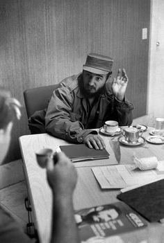 Henri Cartier-Bresson, Interview privée accordée par Fidel Castro au Palais présidentiel, Paris, France, 1963. © Henri Cartier-Bresson/Magnum Photos.