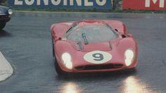La Ferrari 330 P4 sous la pluie des Ardennes lors des 1 000 km de Spa-Francorchamps.