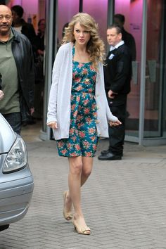 Floral Flirt.......... Taylor took in the sights of London in a turquoise floral dress from ModCloth. To keep warm, she paired her frock with an oversized cream cardigan. Bow-adorned peep toes from Zara finished off the easy look.