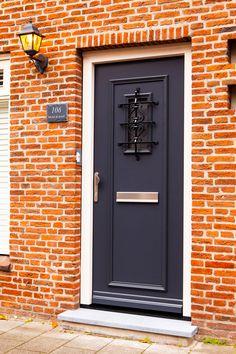 Polytec vleugeloverlappende voordeur geplaatst. Deze prachtige voordeur is gevonden uit de serrie Nostalgie van de Hollandse design deuren premium serie bij Polytec Nederland. De antracietgrijze voordeur heeft een massief smeedijzer zwart sierrooster wat thermisch verzinkt is in de voordeur. Bij de afwerking is een hardstenen dorpel geplaatst. In het deurpaneel zit een RVS brievenbus en RVS handgreep. Dat noem je prachtig binnen komen! Model 6752-10 Polytec Tall Cabinet Storage, Stairs, Interior, Furniture, Home Decor, Stairway, Decoration Home, Indoor, Room Decor