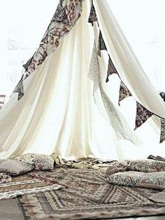 さらりと吊るしただけのテントにペルシャ風の絨毯を何枚かラフに敷けば、オリエンタルなスペースが出来上がります。
