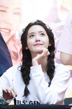 Useful pose for when viewing the subject on a lower angle. Sooyoung, Kim Hyoyeon, Yoona Snsd, Kpop Girl Groups, Korean Girl Groups, Kpop Girls, Yuri, Girls Generation, Yoona Ji Chang Wook
