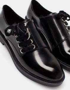 Na Stradivarius encontrarás 1 Sapatos blucher atacadores veludo para mulher por… Cute Shoes, Me Too Shoes, Simple Shoes, Formal Shoes For Men, Winter Shoes, Leather Shoes, Patent Leather, Designer Shoes, Boat Shoes