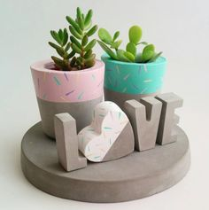 Timestamps DIY night light DIY colorful garland Cool epoxy resin projects Creative and easy crafts Plastic straw reusing ------. Concrete Crafts, Concrete Projects, Concrete Planters, Cement Art, Painted Flower Pots, Home And Deco, Diy Projects To Try, Plant Decor, Diy And Crafts