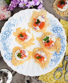 Parmesan chips with lemon creme and löjrom Finger Food Appetizers, Finger Foods, Appetizer Recipes, Parmesan Chips, Tapas, Wine Recipes, Party, Clean Eating, Food Porn