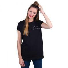 y voló por la arbolada | Camiseta negra mujer Un producto confeccionado y bordado de forma artesanal, con un acabado y una terminación hecha a mano. #iconeta #tshirt #camiseta #moda #fashion