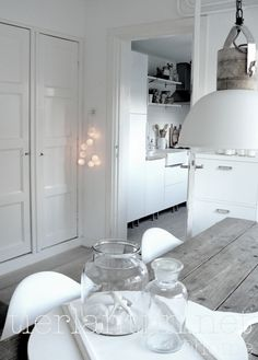 Valkoista, harmaata puuta, lasia ja metallia.