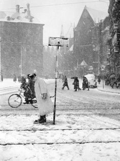 1939 - A police officer regulates traffic during a snow storm at Dam square in Amsterdam. Photo Serc / J. Dam Square, Kingdom Of The Netherlands, Dutch East Indies, Amsterdam City, The Hague, Wonderful Picture, Vintage Photography, Rotterdam, Old Pictures